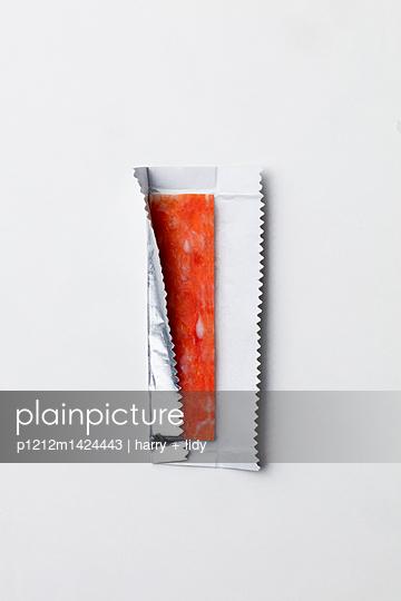 Wurst in Kaugummipapier - p1212m1424443 von harry + lidy