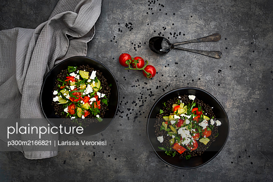 Beluga lentils with tomatoes, peppers, zucchini, feta, mint and parsley - p300m2166821 by Larissa Veronesi