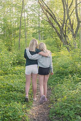 Two girls in a forest - p1323m2015187 von Sarah Toure