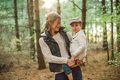 Mutter mit Sohn auf dem Arm - p1361m1497306 von Suzanne Gipson