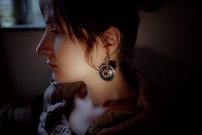 Close-up of a serious brunette woman - p300m2132303 von Oxana Guryanova