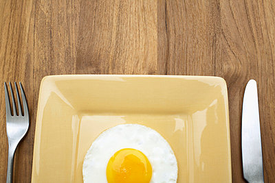 Fried egg on plate (close-up, directly above) - p5141438f by Clover photography