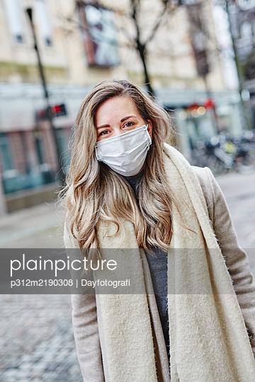 Woman wearing protective mask - p312m2190308 by Dayfotografi