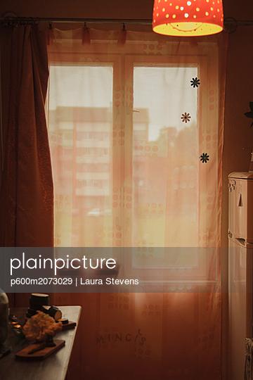 Küchenfenster mit Vorhang - p600m2073029 von Laura Stevens