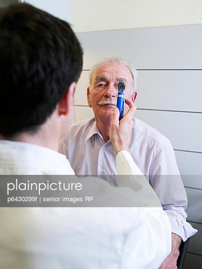 Arzt untersucht Patienten  - p6430299f von senior images RF
