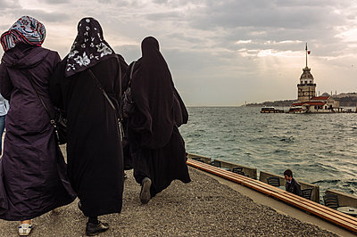Turkey, Istanbul, Muslim women walk along the promenade - p1085m2259789 by David Carreno Hansen