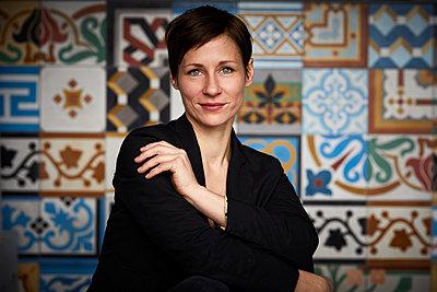 Portrait of an attractive, independent woman - p300m2012996 von Rainer Berg