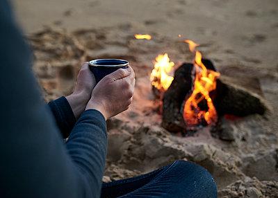 Hände wärmen am Lagerfeuer - p1124m1112615 von Willing-Holtz