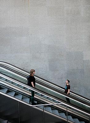 Mann und Frau auf der Rolltreppe im Bahnhof PP III - p1212m1137087 von harry + lidy