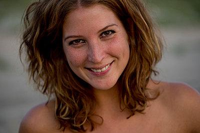 Portrait junge Frau am Strand - p1212m1168720 von harry + lidy