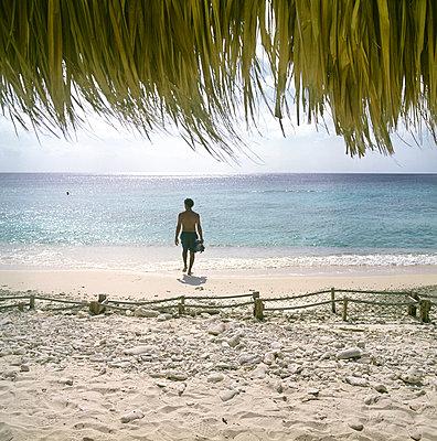 Man walks into the sea - p1231m1055672 by Iris Loonen