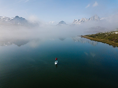 Aerial view of young woman stand up paddle surfing, Leon, Spain - p300m2166600 by Daniel González