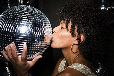 Kuss auf die Discokugel - p045m2027548 von Jasmin Sander