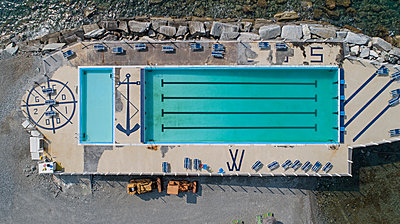 Pool on the waterfront, aerial view - p1292m2126980 by Niels Schubert