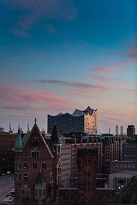 Blick auf Elbphilharmonie über den Dächern der Hamburger Speicherstadt I - p1493m1584470 von Alexander Mertsch