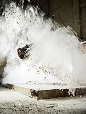 Man jumping in flour dust cloud during freerunning exercise - p300m2012471 von Christian Vorhofer