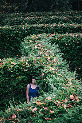 Junge Frau steht in einem Labyrinth - p586m957872 von Kniel Synnatzschke