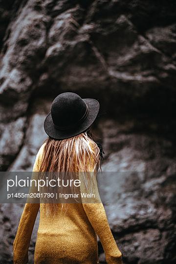 Frau in einer Höhle - p1455m2081790 von Ingmar Wein