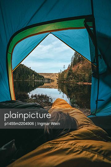 Blick aus dem Zelt auf einen ruhigen Bergsee - p1455m2204906 von Ingmar Wein