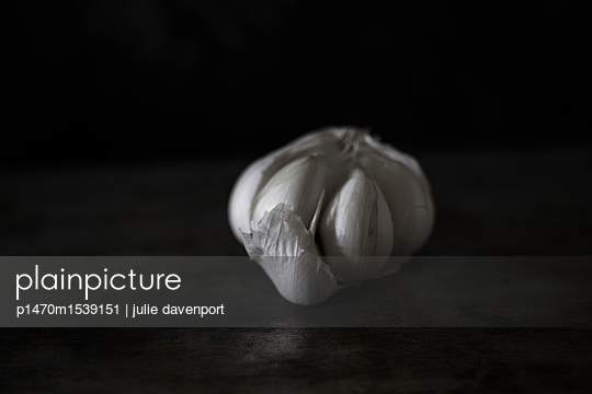 Garlic bulb on table - p1470m1539151 by julie davenport