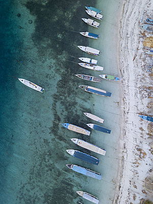 Boats on beach, aerial view - p1108m2128030 by trubavin