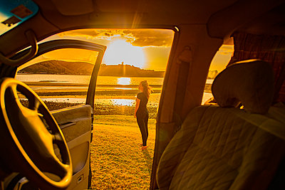 Sunset seen from the car, New Zealand - p1455m2204873 by Ingmar Wein