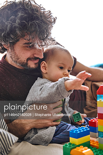 Father and baby boy play together, Stay at home due to Covid-19 - p1146m2182028 by Stephanie Uhlenbrock