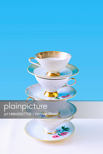 Stack of coffee cups - p1149m2027706 by Yvonne Röder