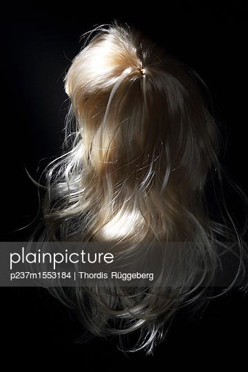 blonde Perücke - p237m1553184 von Thordis Rüggeberg