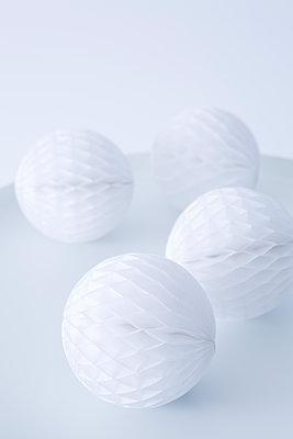 Honeycomb balls - p1149m1492895 by Yvonne Röder