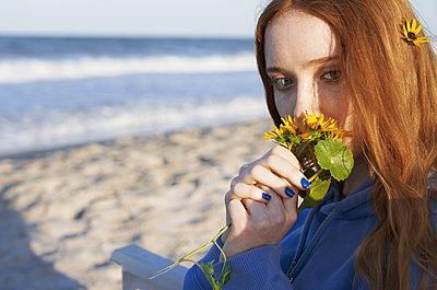 Mädchen am Strand - p1694m2291718 von Oksana Wagner