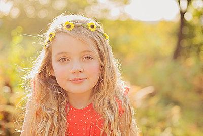 Portrait of relaxed little girl wearing flower wreath - p300m1416831 by Nicole Matthews