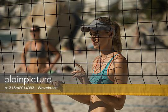 plainpicture - plainpicture p1315m2014093 - Female volleyball player st... - plainpicture/Wavebreak