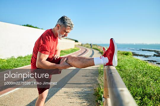 Spain, Andalusia, El Puerto de Santa Maria, man doing sports by the sea - p300m2275599 von Kiko Jimenez