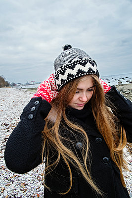 Sweden, Gotland, Blonde young woman with long hair in woolly hat - p352m1186944 by Lena Katarina Johansson