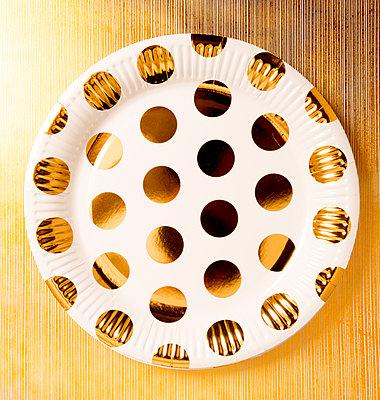 Eingwegteller mit goldenen Punkten - p451m2098927 von Anja Weber-Decker