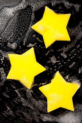 Drei gelbe Sternspülschwämme - p451m2141479 von Anja Weber-Decker