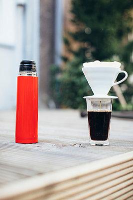 Kaffee zubereiten - p586m1044937 von Kniel Synnatzschke