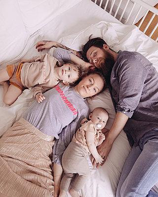 Familie im Bett 2 - p809m1442029 von Angela Elbing