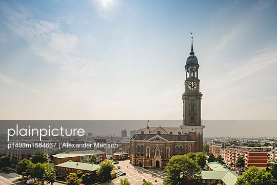 Blick auf Michel an einem Sommertag, Hamburg - p1493m1584667 von Alexander Mertsch