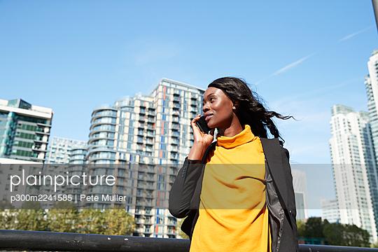 woman commuting in london, uk - p300m2241585 von Pete Muller