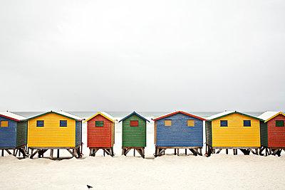 Bunte Häuser am Strand - p1092m901251 von Rolf Driesen