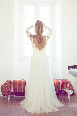 Bride in front of a window - p1105m2126442 by Virginie Plauchut