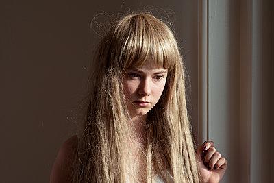 Mädchen mit Perrücke - p1116m1217087 von Ilka Kramer