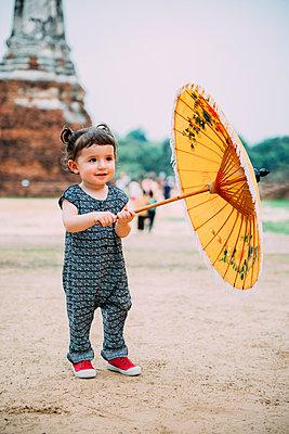 Thailand, Ayutthaya, Wat Chaiwatthanaram, portrait of toddler with yellow umbrella - p300m2004631 von Gemma Ferrando