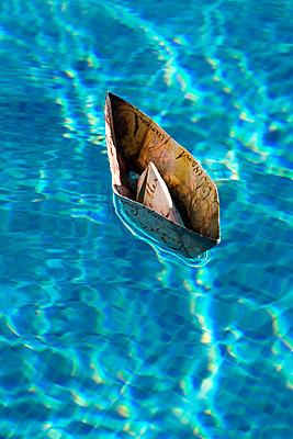 Papierschiffchen - p451m940547 von Anja Weber-Decker