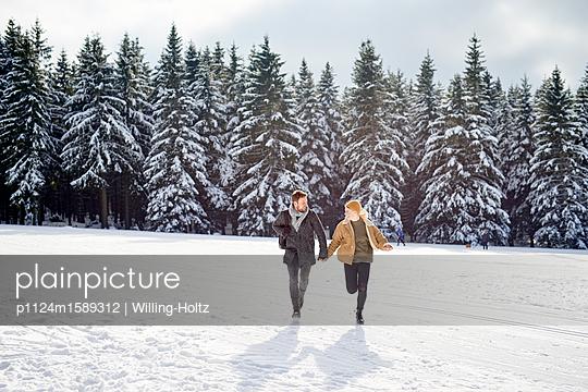 Junges Paar macht einen Winterspaziergang - p1124m1589312 von Willing-Holtz
