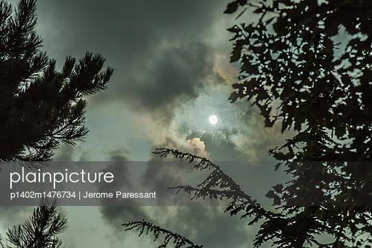 Disturbing sky - p1402m1476734 by Jerome Paressant