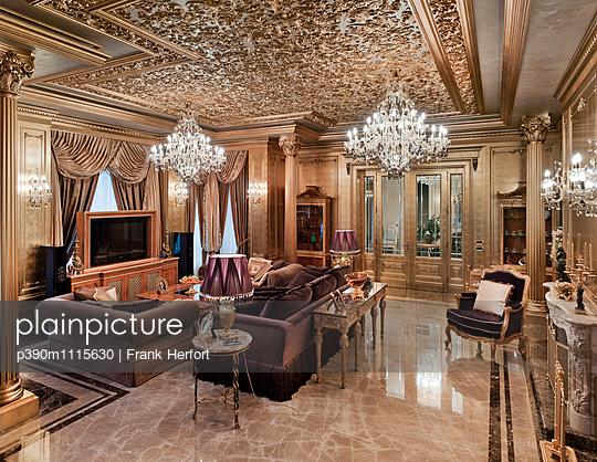 Wohnzimmer in einer Luxusvilla - p390m1115630 von Frank Herfort