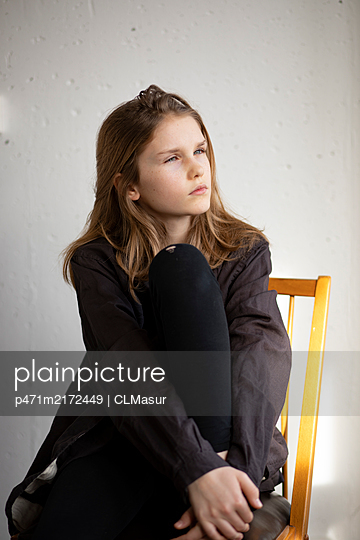 Girl in black clothing, portrait - p471m2172449 by CLMasur